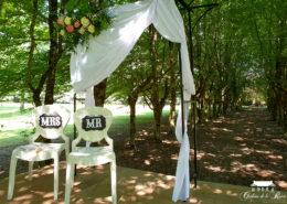 Décoration extérieure pour mariage type à l'américaine dans le jardin du Château de la Rairie