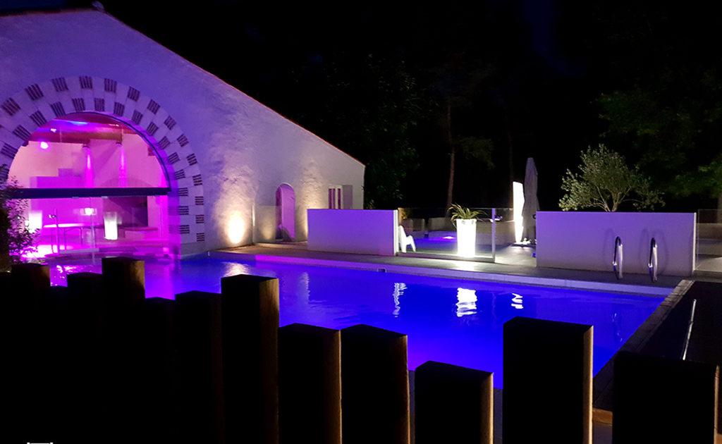 Eclairage extérieur du chateau de La Rairie à Pont Saint Martin (44) par des lumières à LED et de la piscine