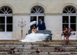 Photo des Mariés devant le Château de la Rairie (44), Caroline Bouchez photographe, Flower 7 Décoration, Pheno Men pour le Costume, Robe la Belle Vendéenne