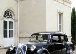 La voiture des mariés devant le Chateau de la Rairie près de Nantes 44