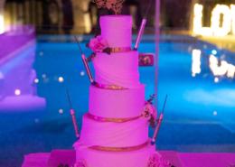 Présentation du Wedding Cake devant la piscine à la Rairie 44