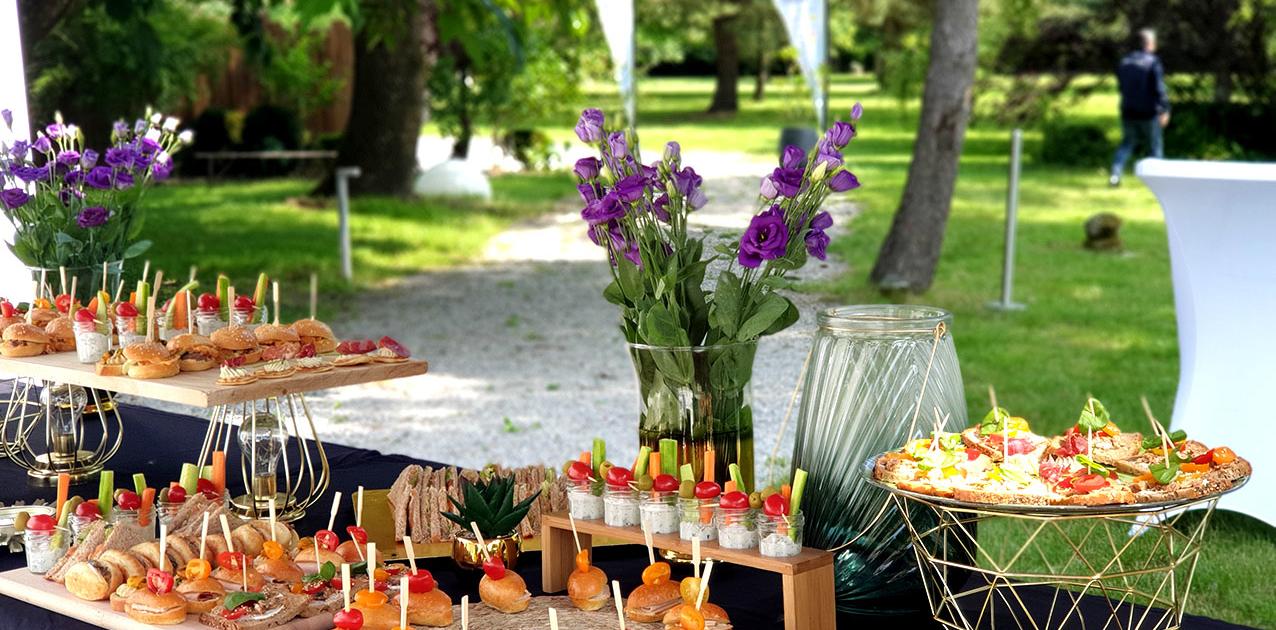 Cocktail Séminaire sur la Terrasse au bord de la piscine au Chateau de la Rairie 44